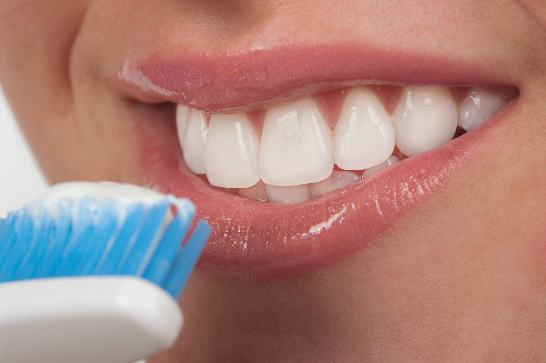Как на сделать зубы белые